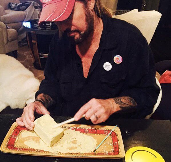 How Did Miley Cyrus Vegan Birthday Cake for Dad Look Like ?